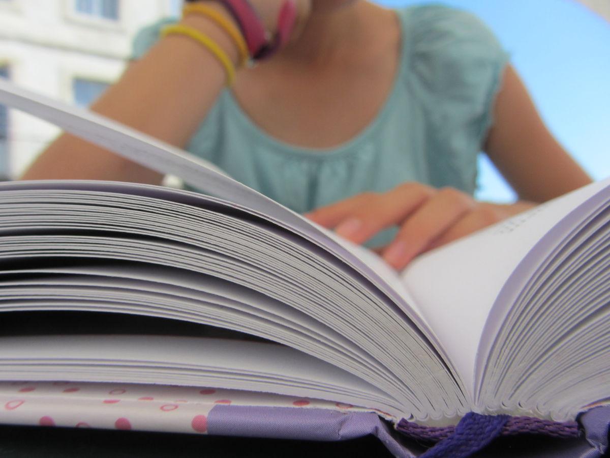 Enfant lisant un livre