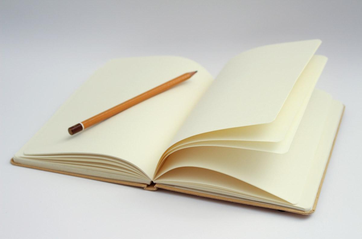 Crayon sur un cahier ouvert