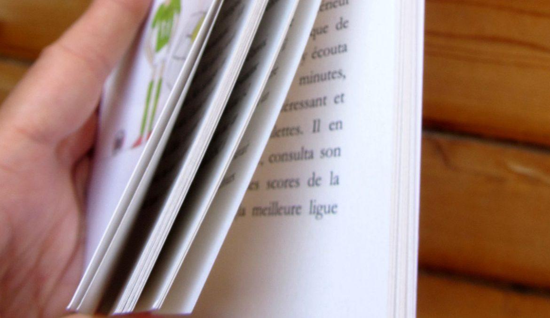 Un livre entre ses mains