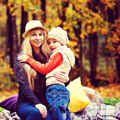 Une mère et son fils dans les bois
