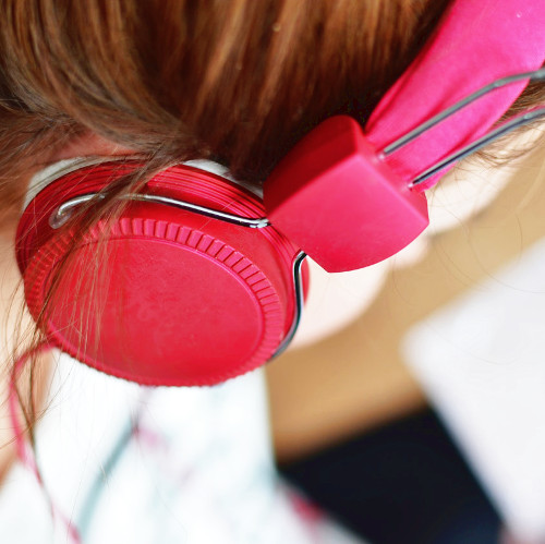 Maman qui écoute un podcast
