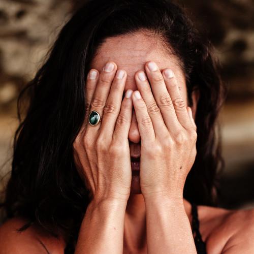 Une maman qui se cache le visage