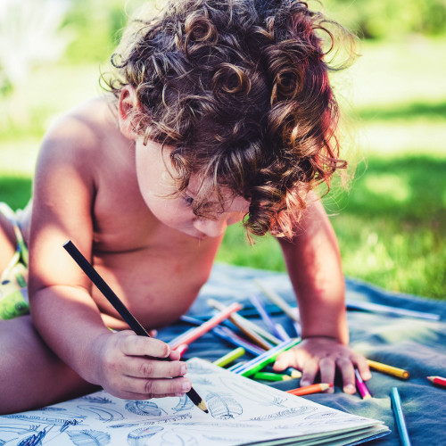 enfant concentré à dessiner